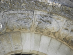 Ancienne abbaye Saint-Jouin - Façade occidentale de l'abbatiale Saint-Jouin de Saint-Jouin-de-Marnes (79). 1er étage. Baie droite. Détail de l'archivolte.