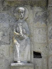 Ancienne abbaye Saint-Jouin - Façade occidentale de l'abbatiale Saint-Jouin de Saint-Jouin-de-Marnes (79). 1er étage. Section centrale. Détail. Saint-Pierre.