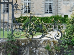 Domaine de Saint-Loup - Français:   Détail de la grille du château de Saint-Loup-sur-Thouet, Saint-Loup-Lamairé, Deux-Sèvres, France