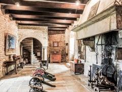 Château (ensemble du) - Une des deux salles de l'armurerie du château de Belvoir. Doubs