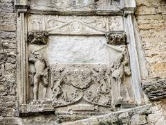 Château (ensemble du) - Français:   Cartouche, très dégradé. Muraille extérieure sud du château de Belvoir. Doubs