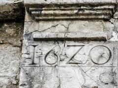 Château (ensemble du) - Français:   Date au fronton du portail d\'entrée du château de Belvoir. Doubs