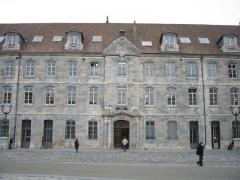 Grenier de la ville -  Conservatoire de Musique de Besançon. Il abritait jadis, l'école d'horlogerie, avant qu'elle ne soit transférée au lycée Jules Haag. - Place de la Révolution