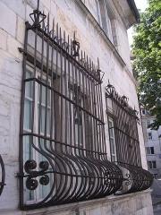 Hôtel Alvizet ou Alviset - English: Français: Façade de l'ancien hôtel Alviset (Besançon). Rue des Martelots. Fin XVIe siècle ou début XVIIe siècle. Grilles ventrues.