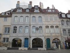 Maison natale de Victor Hugo - Français:   Maison natale de Victor Hugo, après ouverture du musée en 2013, et ancienne pharmacie Jacques au RDC (au centre de l\'image entre les portes bleu et verte)