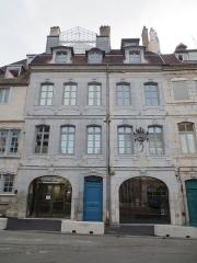 Maison natale de Victor Hugo - Français:   Maison natale de Victor Hugo, après ouverture du musée en 2013, et ancienne pharmacie Jacques au RDC (entre les portes bleu et verte)