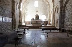 Eglise Saint-Maurice - Français:   Intérieur de la chapelle et les dalles funéraires.