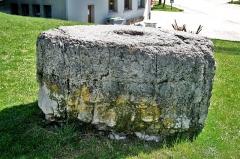 Pierre des redevances - Français:   La pierre des redevances. Devant l\'église de Mouthe.
