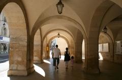 Bailliage - Français:   Ornans (Doubs - France), arcades de l'ancien bailliage construit en 1740 par l\'entrepreneur Besson sur les plans de l\'architecte Querret abritant l\'actuel hôtel de ville depuis 1825.