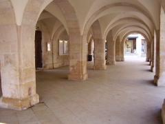 Bailliage - Français:   Arcades de la mairie d\'Ornans (Doubs, France)