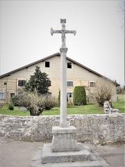 Croix en pierre 1604 - Français:   Croix datée de 1604, au centre du village de La Planée. Doubs