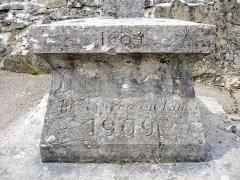Croix en pierre 1604 - Français:   Socle de la croix datée de 1604 à La Planée. Doubs