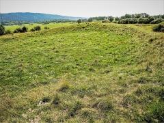 Site du Fort Bachin (également sur commune de La Rivère-Drugeon) - Français:   Esplanade ceinte d\'un muret de terre, au sommet du tertre artificiel nommé fort Bachin. Habitat fortifié très ancien. Bouverans . Doubs