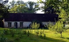 Château - Français:   Vue sur un des anciens bâtiments de ferme du château de Noironte.