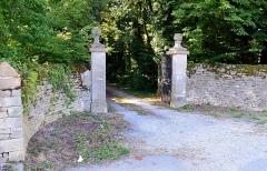 Château - Français:   Portail d\'entrée du château de Noironte, au centre du village.