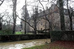 Château - Français:   Vue sur le château et le ruisseau en crue, en hiver (décembre 2010).