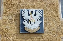 Château Pécaud et Tour Velfaux - Français:   Blason d\'Arbois avec la devise de la ville à l\'entrée du château Pécauld.