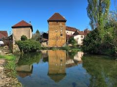 Tour Gloriette - Français:   Tour Gloriette et son reflet sur la Cuisance