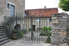 Abbaye - English: Château-Chalon, maisons anciennes, restaurant