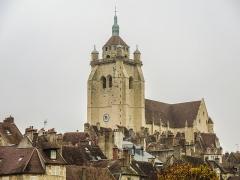 Eglise Notre-Dame - Au-dessus des toits de la ville, la collégiale Notre-Dame de Dole.Jura.