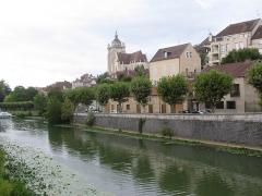 Eglise Notre-Dame - Canal du Rhône au Rhin, quai Pasteur et, dominant la vieille ville, basilique-collégiale Notre-Dame de Dole, Jura, XVIe.