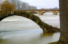 Fontaine et pont -  Un pont Roman à Dole en France