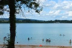 Villages palafittes du lac Chalain (également sur communes de Marigny et Doucier) - English: Summer time at Doucier beach, Lac de Chalain, Jura, France.