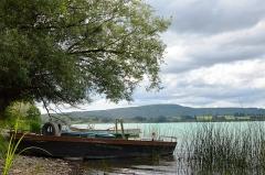 Villages palafittes du lac Chalain (également sur communes de Marigny et Doucier) - English: Small angling-boats at Lac de Chalain, Jura, France.
