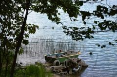 Villages palafittes du lac Chalain (également sur communes de Marigny et Doucier) - English: Small boat at Lac de Chalain, Jura, France.