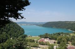 Villages palafittes du lac Chalain (également sur communes de Marigny et Doucier) - English: The Lac de Chalain in the Jura landscape, France.