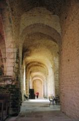Abbaye -  vue des voutes d'un bas coté de l'église de Gigny (Jura)