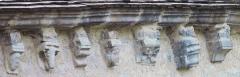 Abbaye -  Modillons sur le mur nord de l'église de Gigny