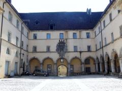 Ancien couvent des Ursulines - Français:   Photographie de l\'ancien couvent des Ursulines (XVIIe s), Rue Voltaire, à Poligny (Jura).