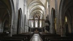 Eglise Saint-Hippolyte - Nederlands: Collegiale Sint-Hippolytus, Poligny, schip van de kerk met de gloriebalk met de 15e eeuwse beeldhouwwerken