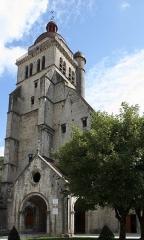 Eglise Saint-Hippolyte - Deutsch: Ehemalige Kollegiatskirche St-Hippolyte in Poligny im Département Jura in der Region Franche-Comté(Frankreich), Westfassade mit Glockenturm