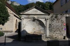 Fontaine publique dite Fontaine des Morts - Français:   La fontaine des morts à Poligny.