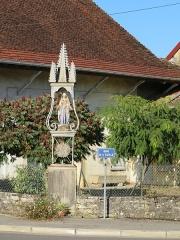 Eglise paroissiale Saint-Aignan - Français:   Statue de la vierge Marie sur le quai de la Seille à Ruffey, à côté de l'église.
