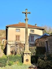 Croix en pierre située sur la place publique - Français:   Croix de mission, au centre du village de Chariez. Haute-Saône