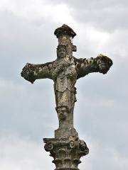 Croix en pierre située sur la place publique - English:   Cross in Chariez (Franche-Comté) on the village square, represening the Christ and the Virgin