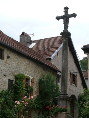 Croix en pierre située sur la place publique - English:   Cross in Chariez (Franche-Comté) on the village square, representing the Christ and the Virgin