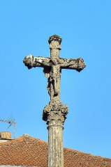 Croix en pierre située sur la place publique - Français:   Détail de la croix de mission au centre du village de Chariez.