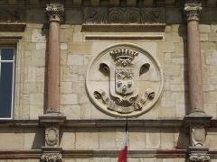 Hôtel de ville - Français:   Gray (Haute-Saône) La devise de la ville sur la façade de l\'hôtel de ville