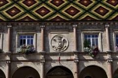 Hôtel de ville - Français:   Hôtel de ville de Gray (Haute Saône), place Charles-De-Gaulle (détail de la façade).