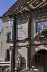 Hôtel de ville - Français:   Hôtel de ville de Gray (Haute Saône), place Charles-De-Gaulle (cadran solaire et fontaine).