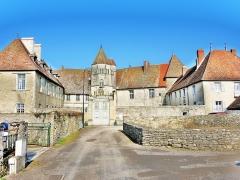 Château - Façade du château, vue de la route d'accès.