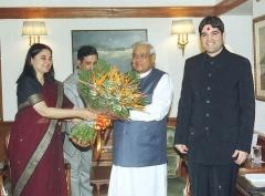 Maison du 15e siècle - English: Smt. Maneka Gandhi and Shri Varun Gandhi called on the Prime Minister Shri Atal Bihari Vajpayee in New Delhi on February 16, 2004 (Monday).