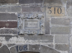 Maison du 15s - English: A 15th c. house in Luxeuil-les-Bains, Haute-Saône, France. Different numbers and the motto