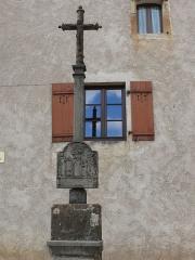 Croix située devant l'église avec bas-relief daté de 1592 - English:   Cross of Montigny-lès-Vesoul (Haute-Saône, France) - 1592