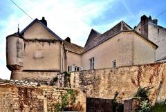 Château - Français:   Bâtiments restants de l\'ancien château de Pesmes, vus de la rue du donjon. Haute-Saône.