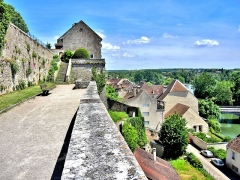 Château - Français:   Remparts de l\'ancien château de¨Pesmes. Haute-Saône